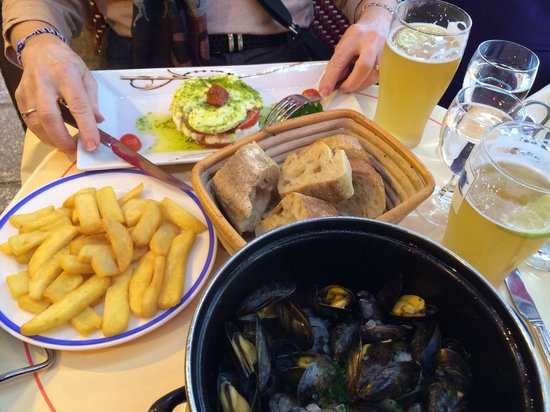 L'Atlas: Bucket of mussels, fries & white beer