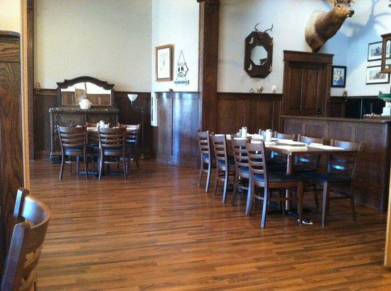 Ender's Cafe and Hotel: Dining room on the geyser side
