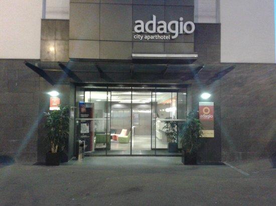 Adagio Marseille Vieux Port : Entrance to hotel
