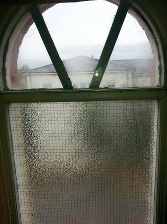 Camden Town Hotel : Single glazed window