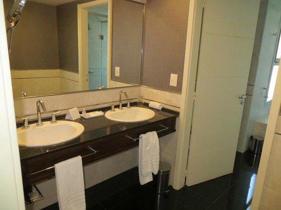 Diplomatic Hotel: Large Modern Bathroom