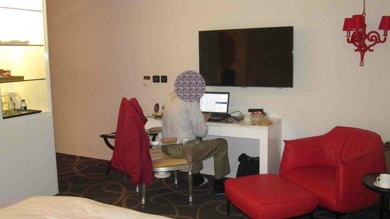 Grammos Hotel : desk, sitting, and minibar area
