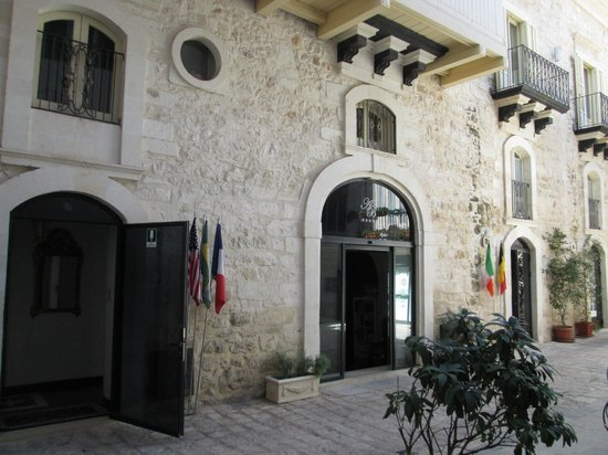 Antica Badia Relais Hotel : Front door off narrow alley