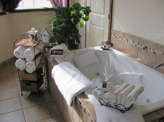 The Bailey's Bed 'n Bale: Jetted SPA tub