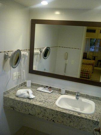 Windsor Leme Hotel: Banheiro reformado, amplo e limpo