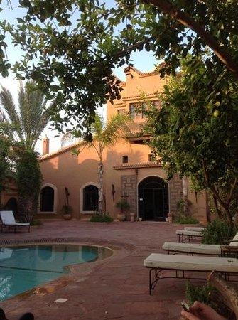 Riad Jnane Ines : le batiment principal et sa piscine