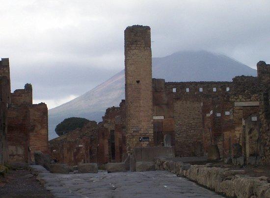 Via Abbondanza: Intersection of Holconius