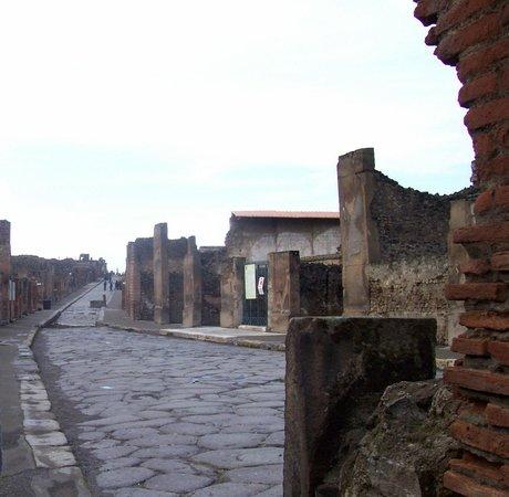 Via Abbondanza: Heading to the Forum