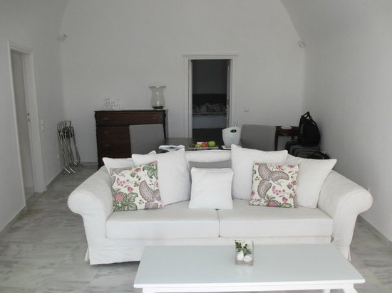 Canaves Oia Hotel: sitting area with bedroom through door