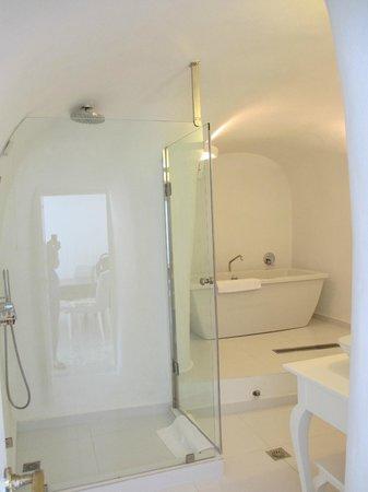 Canaves Oia Hotel: lovely bathroom