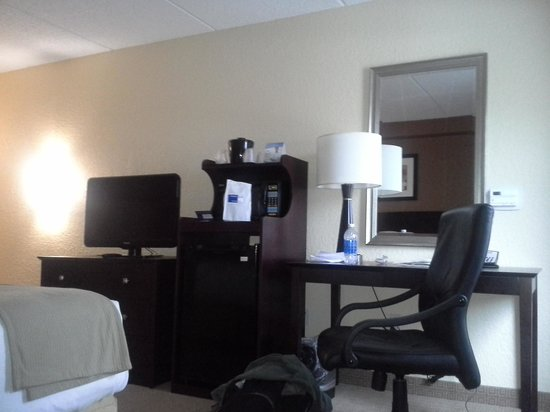 Holiday Inn Express and Suites Fort Lauderdale Executive Airport : Desk, TV, Microwave, Regfrigerator