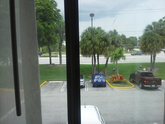 Holiday Inn Express and Suites Fort Lauderdale Executive Airport : Outside Window View