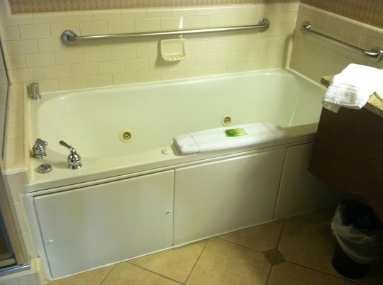 Holiday Inn Express Hotel & Suites Ventura Harbor: huge jacuzzi tub was lovely