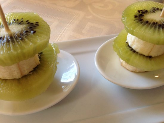 La Charlotte Aix en Provence : Kiwi and banana slices for breakfast. A delightful presentation that tasted wonderful!