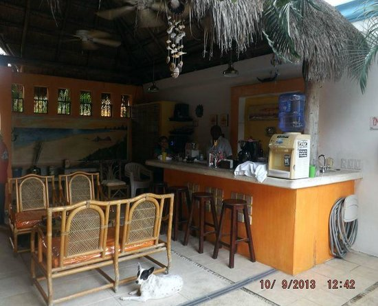 Casita de Maya : Bar area with Daniel