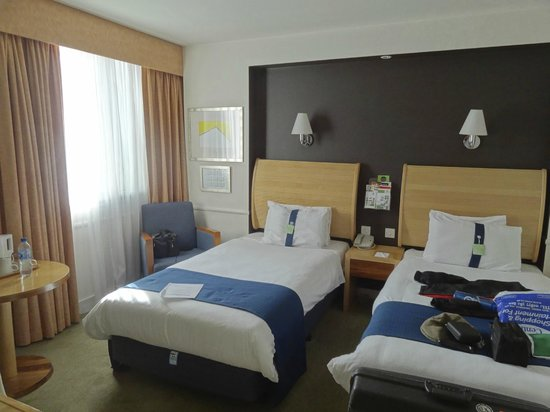 Holiday Inn Glasgow Airport: Twin room, small but comfortable