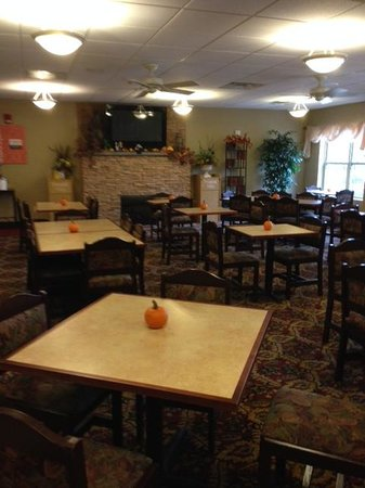 Comfort Suites Lake George : large breakfast room