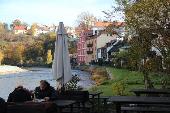Laibon : mesas que dan al rio
