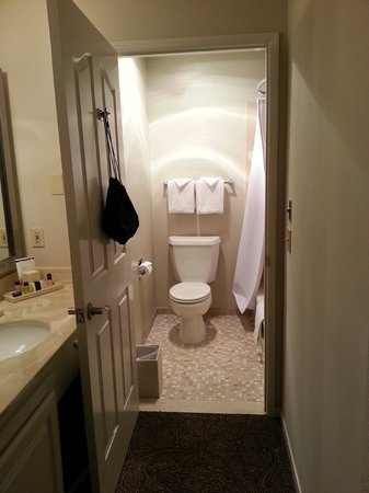 Cambria Landing Inn & Suites: Bathroom with Heatlamp!