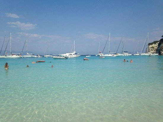Voutoumi Beach : Crystal water, white sand, amazing scenery and nature