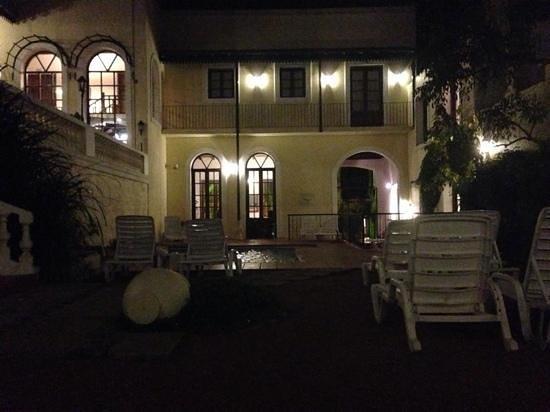 Don Antonio Posada: vista de noche jardin interno