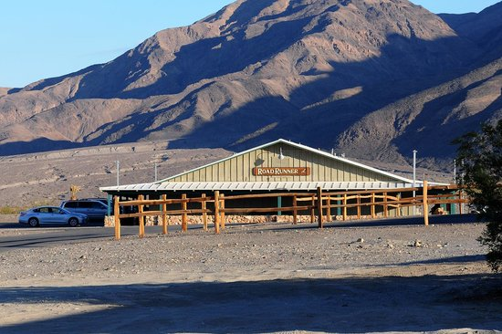 Stovepipe Wells Village Hotel: Our room was on the left side facing the sand dunes (2 miles away)