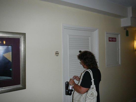 Dorchester Hotel: PUERTA HABITACION