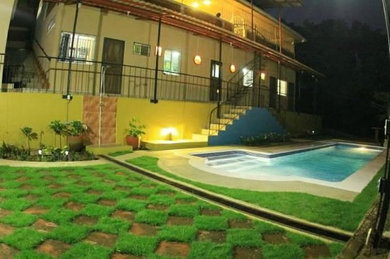 El Porton Verde: Swimming pool at night