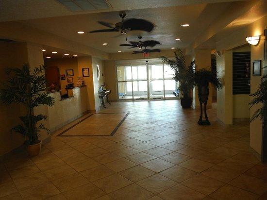 Sleep Inn & Suites Port Charlotte: Entrance and reception desk.