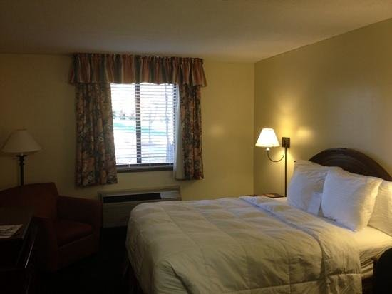 UVA Inn at Darden: Standard queen room
