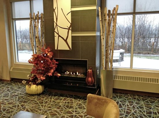 SpringHill Suites Anchorage University Lake: Fireplace in the lobby