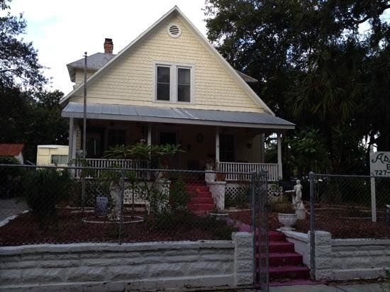 Ashley's Victorian Haven Bed And Breakfast: Front view
