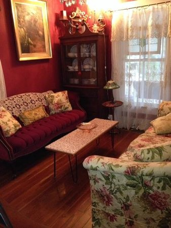 Ashley's Victorian Haven Bed And Breakfast: Sitting area