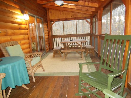 Getaway Cabins : Screened back porch