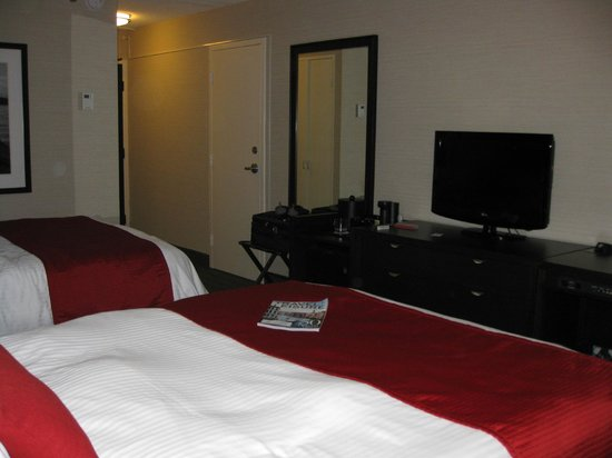 Delta Sault Ste. Marie Waterfront Hotel: Reverse angle of double bedded room