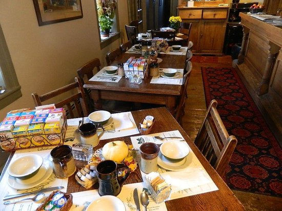 The Stagecoach Inn Bed and Breakfast: Breakfast set-up