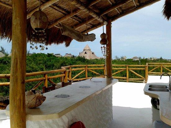 Villa los Mangles : Terraza con barra, camastros, lavabo, regadera, manguera
