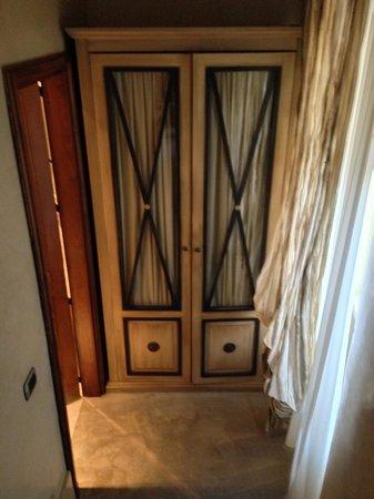 Barocco Hotel: Walkway leading to bathroom and closet
