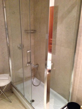 Barocco Hotel: Spacious bathroom