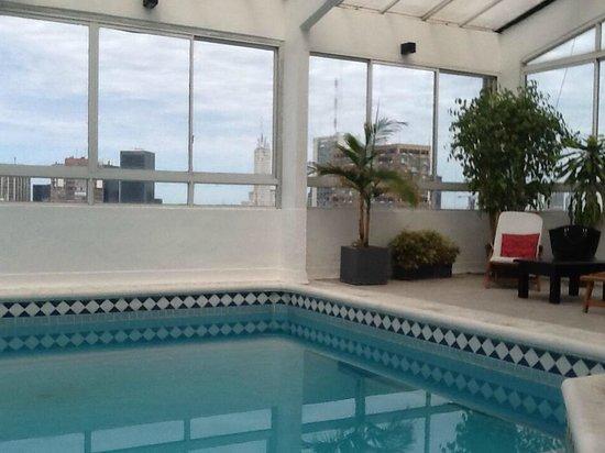 Hotel Dolmen: piscina do hotel com vista da cidade