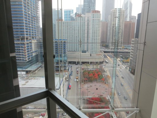 Embassy Suites by Hilton Chicago Downtown Magnificent Mile: view from glass elevator