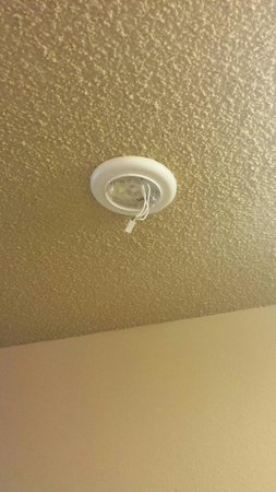 Howard Johnson Inn & Suites Tacoma Near McChord AFB: The place where the smoke alarm is supposed to go.  Hazard!
