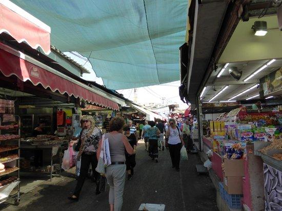 Dan Panorama Tel Aviv: Local market within 5 minutes walk.