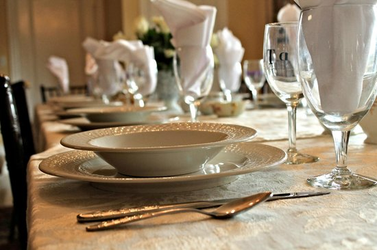 Southern Grace Bed and Breakfast: Our dinner table