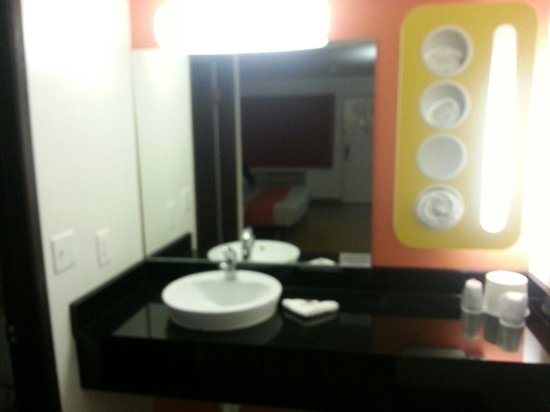 Motel 6 Brownsville North: Restroom