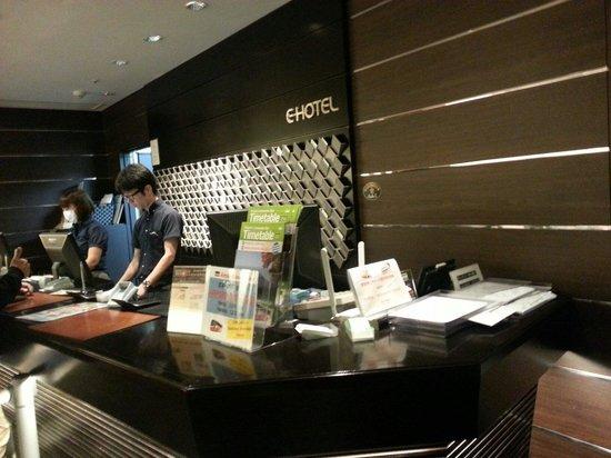 E Hotel Higashi Shinjuku: Front desk with English speaking staffs