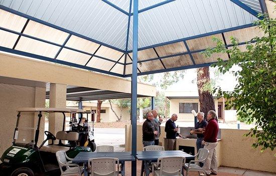 Barmera Country Club: Courtyard & BBQ Area