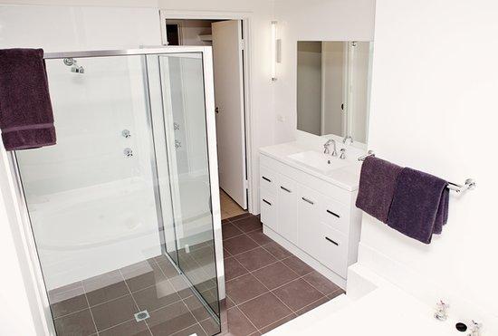Barmera Country Club: Deluxe 2 Bedroom Unit Bathroom