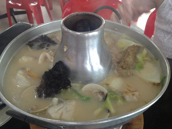 Photo of Chinese Restaurant Whampoa Food Street Keng Fish Head Steamboat Eating House at 556 Balestier Road, Singapore 329872, Singapore