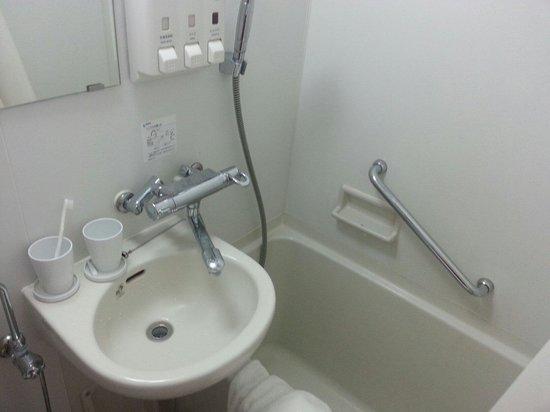 E Hotel Higashi Shinjuku: The bathroon